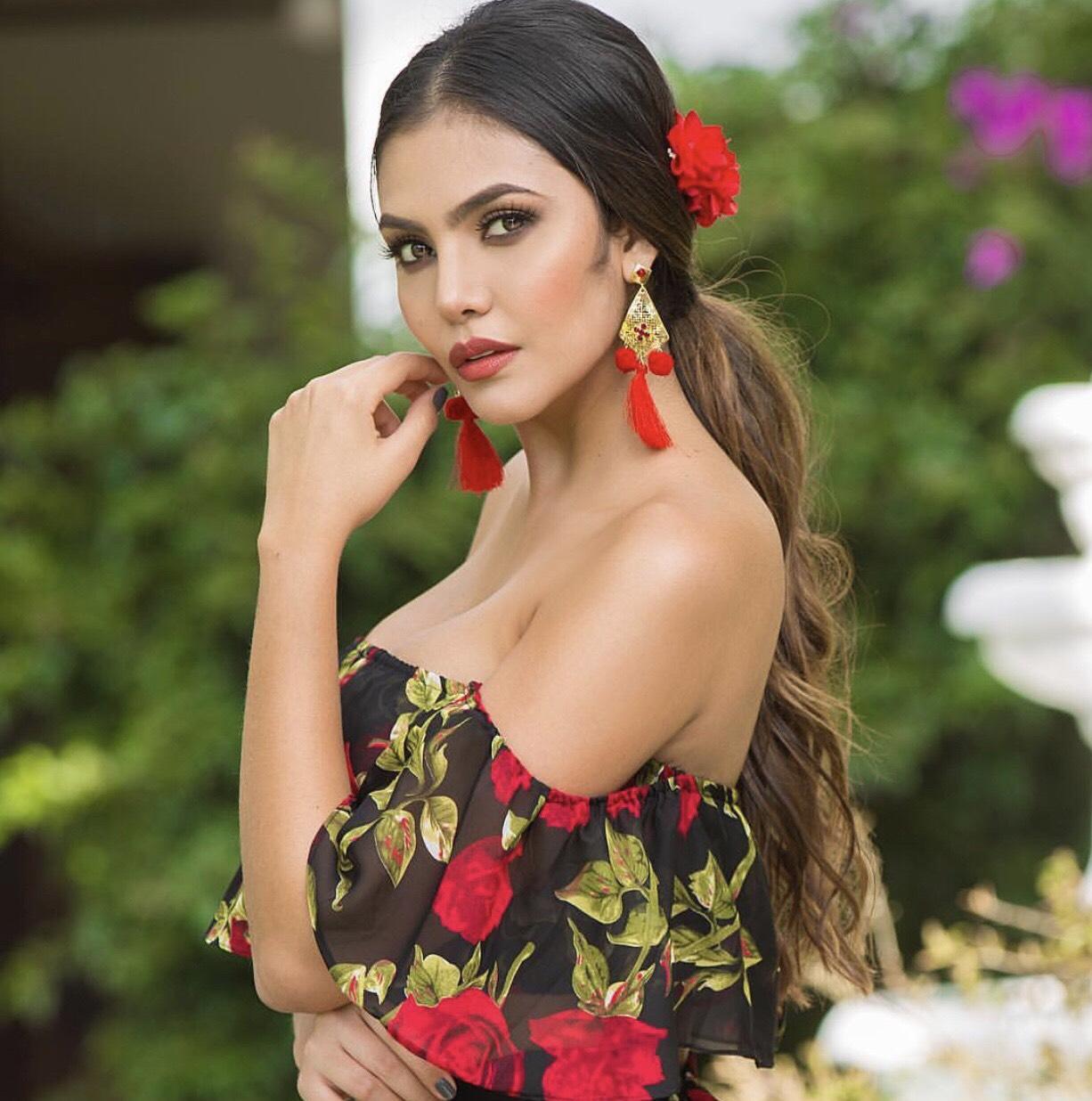 Featured Model: Estefania Muñoz - Hermosaz